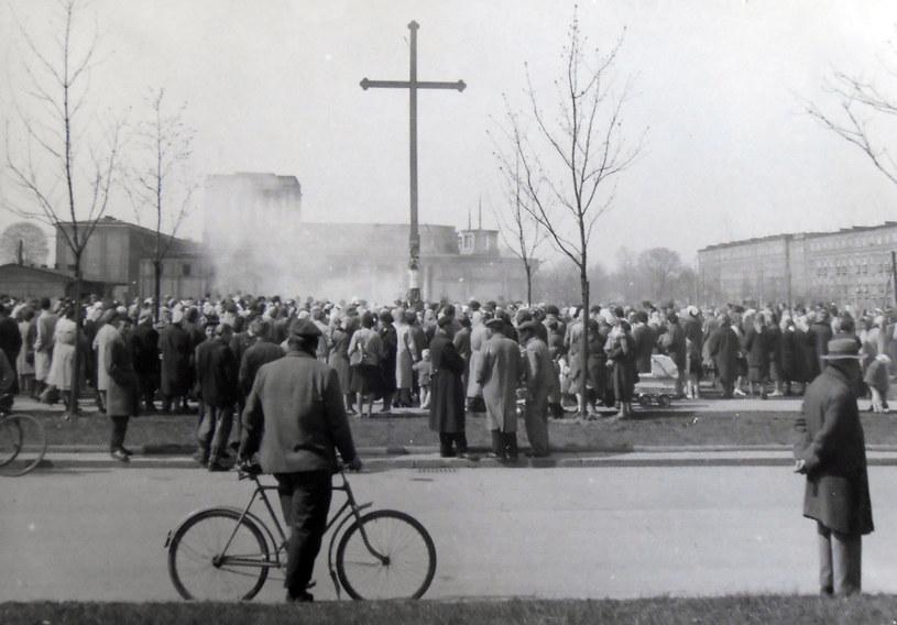 27 kwietnia 1960 r. Zgromadzenie wokół krzyża, który władze komunistyczne chcą usunąć. Fot. z archiwum IPN /Archiwum autora