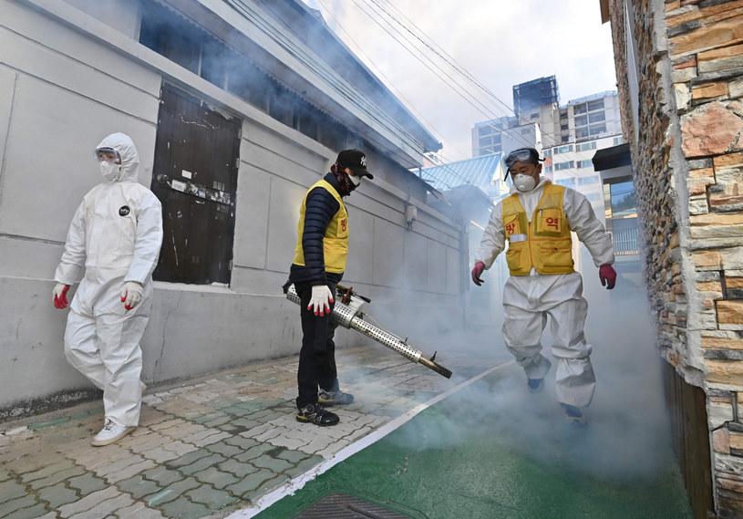 27 lutego 2020. Pracownicy służb miejskich odkażają okolice kościoła w Daegu /East News