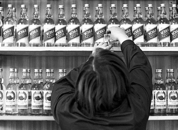 28 marca 1977 r.: Półki z wódką w polskim sklepie monopolowym /fot. Zbigniew Kosycarz