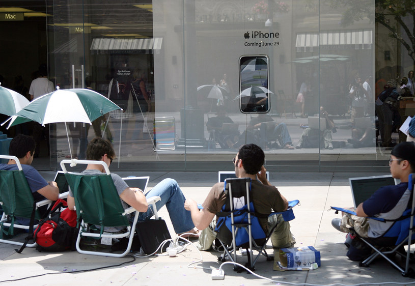 29 czerwca - data premiery. Pod sklepami zebrały się kolejki, ten widok był charakterystyczny dla premier iPhone'ów przez lata /AFP