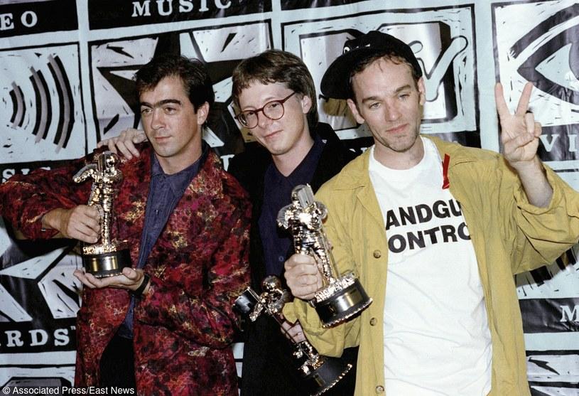 3/4 składu R.E.M. (od lewej: Bill Berry, Mike Mills i Michael Stipe) na gali MTV Video Music Awards w 1991 r. /fot. Craig Fuji /AP/Fotolink