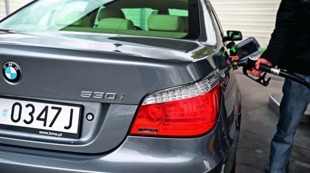 3/4 spośród ankietowanych nie zamierza ograniczyć korzystania z auta mimo rosnących cen paliwa. /Motor