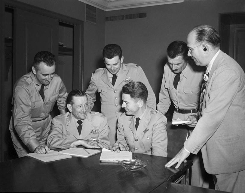 30 czerwca 1952. Oficerowie USAF podczas narady nad instalacją kamer mających uchwycić UFO. Trzeci od lewej - Edward Ruppelt /Getty Images