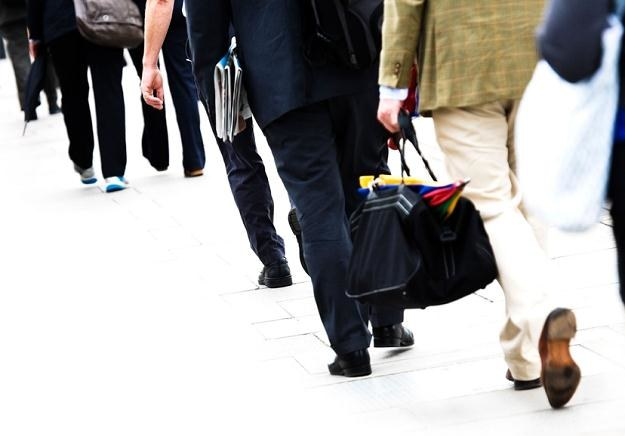 30-minutowy spacer codziennie to równowaga dla siedzącego trybu pracy /© Panthermedia