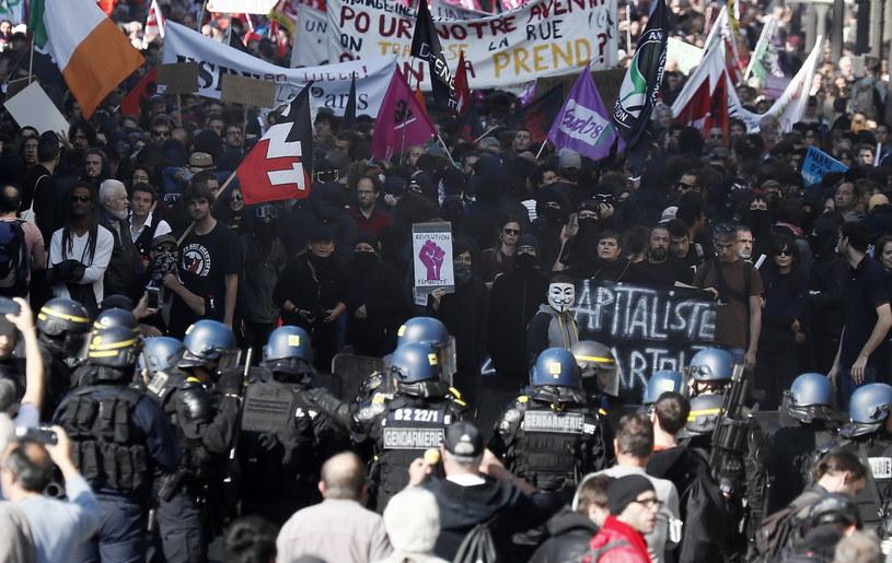 300 tys. ludzi demonstrowało w całej Francji przeciwko polityce władz. Doszło do starć z policją /ETIENNE LAURENT /PAP/EPA