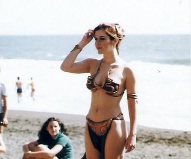 """32 lata temu premierze filmu """"Gwiezdne Wojny: Powrót Jedi"""" towarzyszyła sesja zdjęciowa w magazynie """"Rolling Stone"""". Wcielająca się w postać księżniczki Lei Carrie Fisher została sfotografowana na plaży w słynnym złotym bikini."""