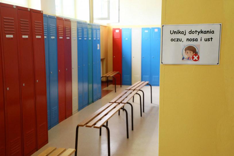 321 placówek oświatowych pracuje w trybie mieszanym, a 106 w trybie zdalnym - poda resort edukacji / Jakub Kamiński    /East News