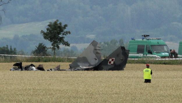 33-letni pilot katapultował się w okolicach miejscowości Sakówko. Niestety nie przeżył wypadku. Jego ciało znaleziono około 200 metrów od wraku. /Tomasz Waszczuk /PAP