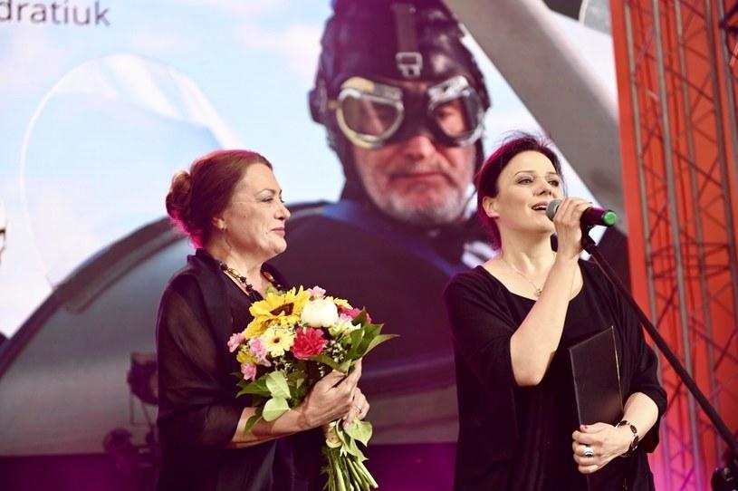 """33. Tarnowska Nagroda Filmowa: Beata Madalińska oraz Bożena Stachura, która odbiera nagrodę za film """"Jak pies z kotem"""" /materiały prasowe"""