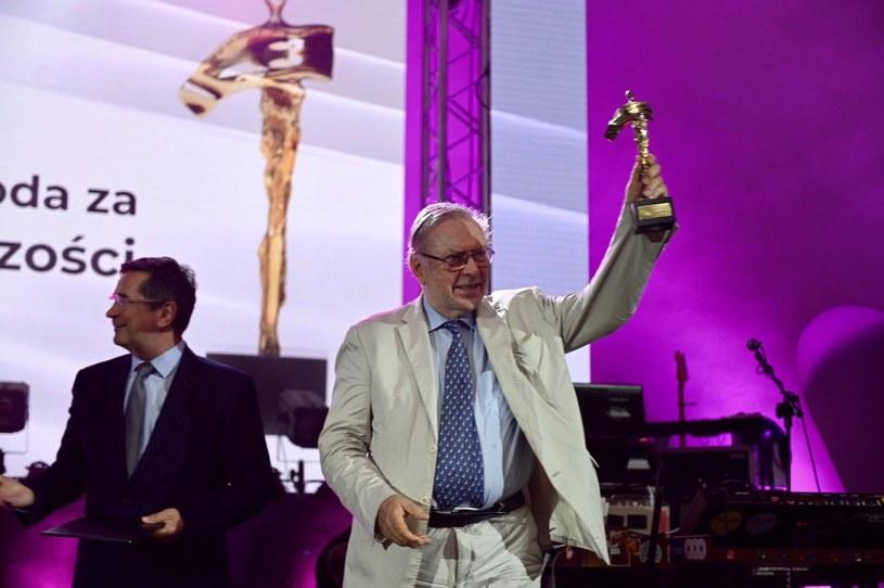 33. Tarnowska Nagroda Filmowa: Krzysztof Zanussi ze statuetką i prezydent Tarnowa Roman Ciepiela /materiały prasowe