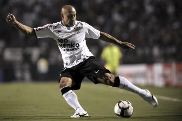 37-letni Roberto Carlos znów przypomniał się pięknym golem /AFP