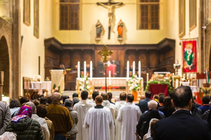 38 proc. katolików uczestniczyło w 2018 roku w niedzielnej mszy świętej, a 17 proc. przystępowało do komunii /123RF/PICSEL