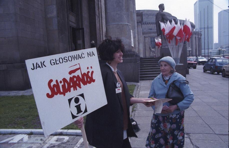 4 czerwca 1989 roku. Punkt informacyjny Komitetu Obywatelskiego Solidarność, przed Pałacem Kultury i Nauki /Ireneusz Sobieszczuk /PAP