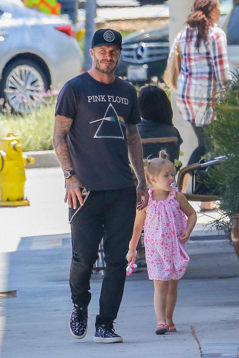 4-letnia Harper Beckham nadal chodzi ze smoczkiem! /- /Agencja FORUM