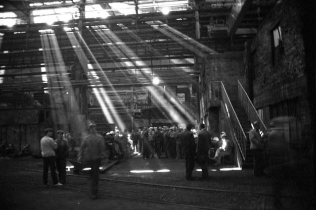 4 maja 1988 r. - wiec protestujących robotników w Hucie im. Lenina. Następnej nocy ZOMO brutalnie rozbiło strajk /Andrzej Stawiarski /Agencja FORUM