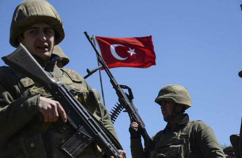4 tureckich żołnierzy zginęło w w pobliżu granicy z Irakiem /ILYAS AKENGIN /AFP