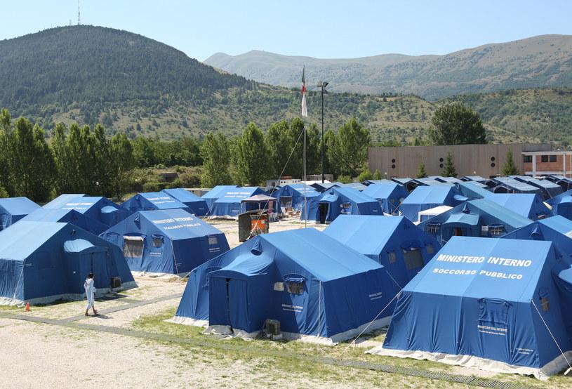 40 tysięcy osób pozbawionych dachu nad głową ulokowano w prowizorycznym miasteczku namiotowym /Adam Berry/Bloomberg  /Getty Images