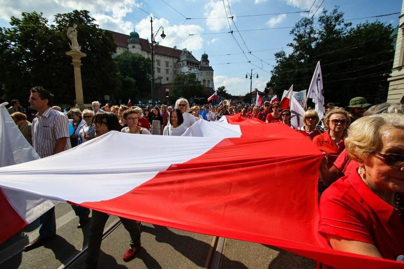 41 proc. respondentów uważa, że w ciągu najbliższych trzech lat w Polsce nic się nie zmieni pod względem materialnych warunków życia /Fot. Jan Graczyński /East News