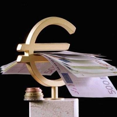 44 proc. badanych twierdzi, że wprowadzenie euro będzie korzystne dla gospodarki /AFP