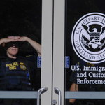 48-latek próbował przekupić urzędnika, by ten deportował jego żonę