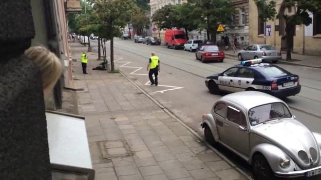 48-letni mężczyzna zaatakował policjantów. Skończył postrzelony. Ale przeżył