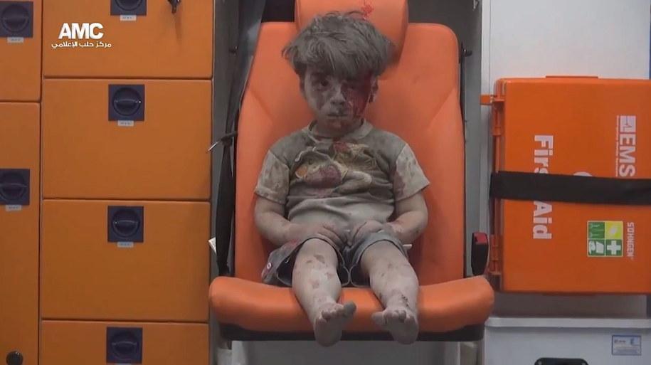 5-letni Omran Daqneesh uratowany spod gruzów po bombardowaniu Aleppo /Aleppo Media Center  /PAP/EPA