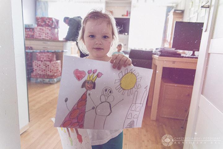 5-letnia Klaudia chciała zrobić kartkę świąteczną w podziękowaniu, ale nie miała w domu papieru / Fot. Agnieszka Gał /