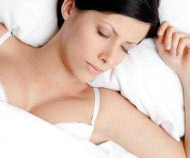 5 powodów dla których nie powinno się spać w biustonoszu