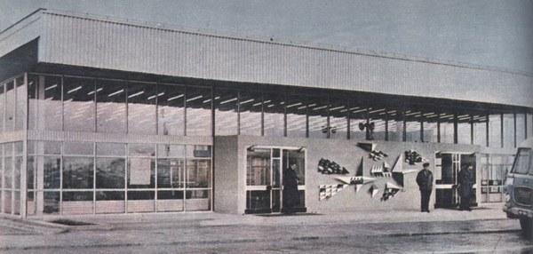 Pawilon portu lotniczego w Balicach w 1967 r. Źródło: Henryk Kucharski, Skrzydlata Polska