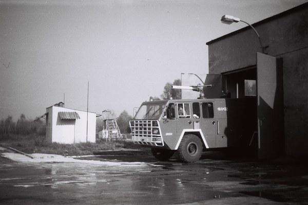 Sprzęt gaśniczy Lotniskowej Służby Gaśniczo-Ratowniczej - lata 90. Fot. Piotr Fyda