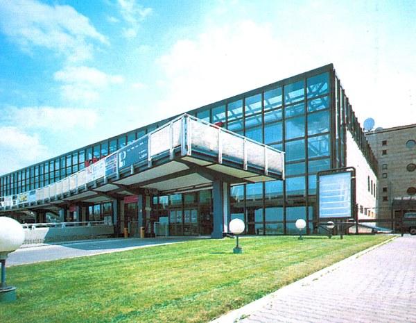 Terminal międzynarodowy - widok od strony płyty postojowej (ok. 1996 r.). Archiwum Kraków Airport
