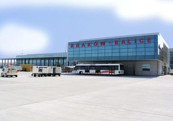 Terminal międzynarodowy od strony płyty postojowej samolotów przed przebudową tzw. części Schengen (2005 r.). Archiwum Kraków Airport