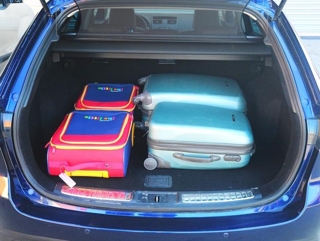 505-litrowy bagażnik kombi jest bardzo szeroki i ustawny, a kanapę składa się uchwytem w przestrzeni bagażowej. /Motor