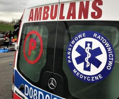 51-latek uderzył autem w grupę rowerzystów i w pieszych. Jeden z rannych zmarł