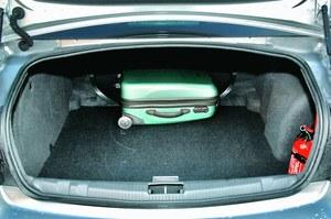 525-litrowy bagażnik sedana: elegancko schowane zawiasy to rzadki widok w tej klasie. /Motor