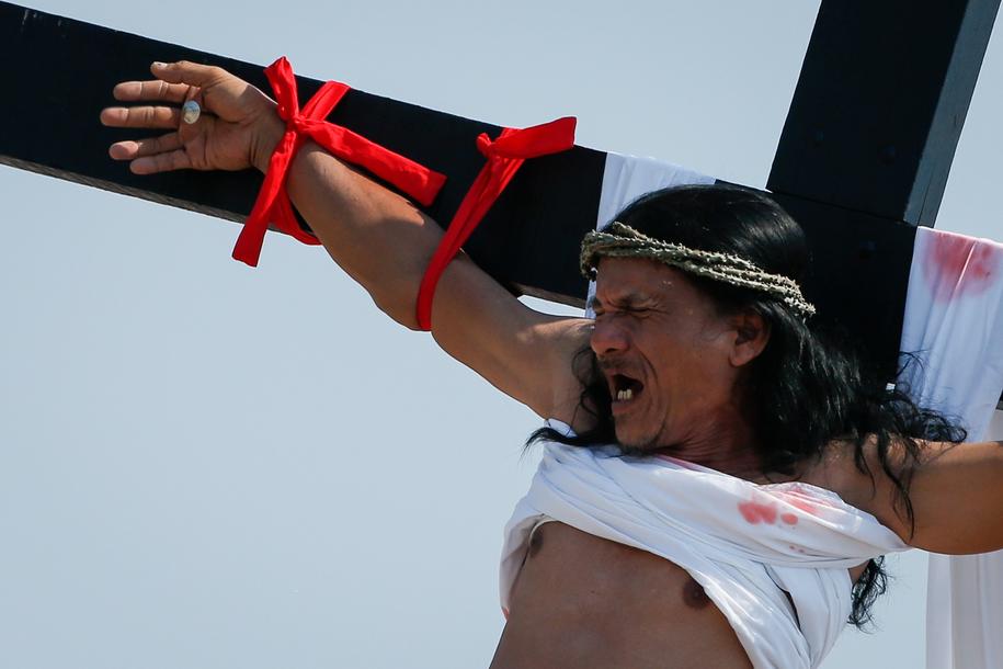 59-letni Ruben Enaje został w piątek przybity do krzyża po raz 33. /MARK R. CRISTINO /PAP/EPA