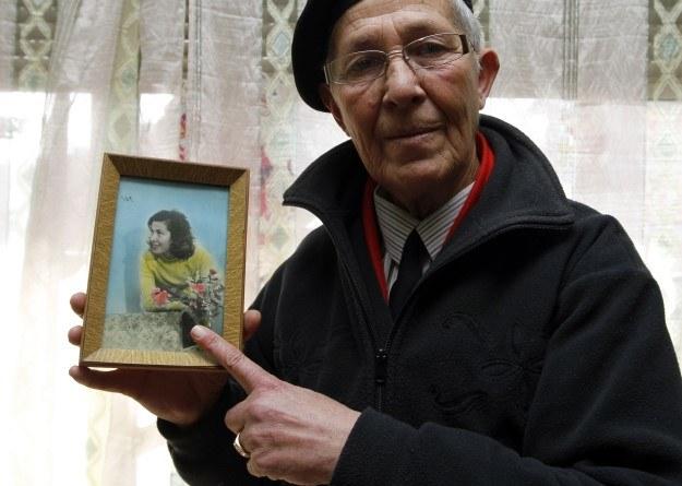 59-letnia Diana Rakipi trzyma zdjęcie, które zrobiono jej, gdy miała 16 lat. Została virghjinese rok później. Zawsze czuła się mężczyzną /Agencja FORUM