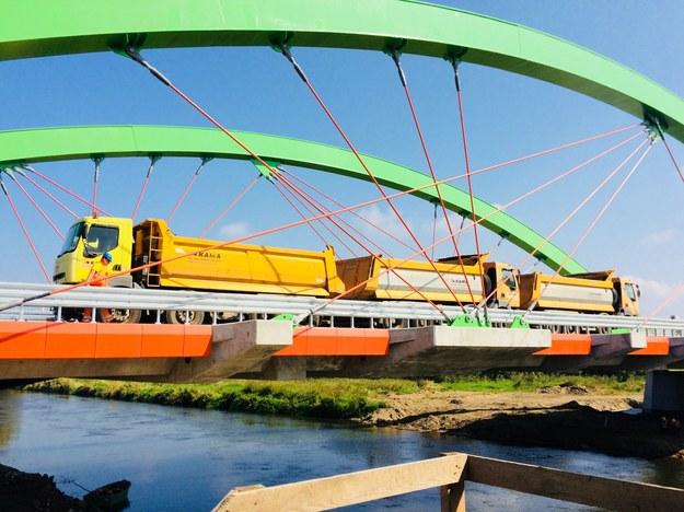 6 ciężarówek o łącznej masie niemal 200 ton sprawdzało wytrzymałość nowego mostu w Warcie /Agnieszka  Wyderka /RMF FM