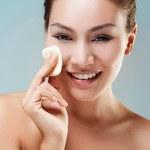 6 domowych sposobów na oczyszczenie skóry - demakijaż