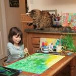 6-latka maluje razem z kotem i tworzy prawdziwe dzieła sztuki!