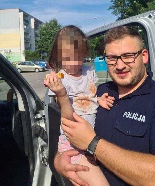 6-latką najpierw zaopiekowali się przechodnie, a następnie policjanci /Policja Łódzka /
