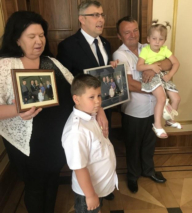 6-letni bohater - Maciek, razem z rodzicami i rodzeństwem u wojewody /Marcin Buczek /RMF FM
