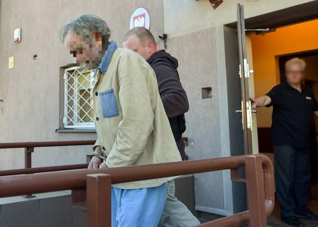 61-letni mężczyzna, u którego mieszkała matka noworodka, wyprowadzany po przesłuchaniu w prokuraturze w Zgierzu /Grzegorz Michałowski /PAP