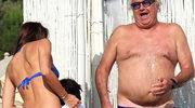 65-letni miliarder na plaży z młodziutką żoną!