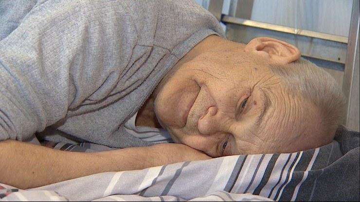 65-letni pan Henryk cierpi we własnym łóżku, bo na to szpitalne nie może liczyć /Polsat News