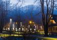 Oświetlenie parku zachęca do spacerów także po zmierzchu