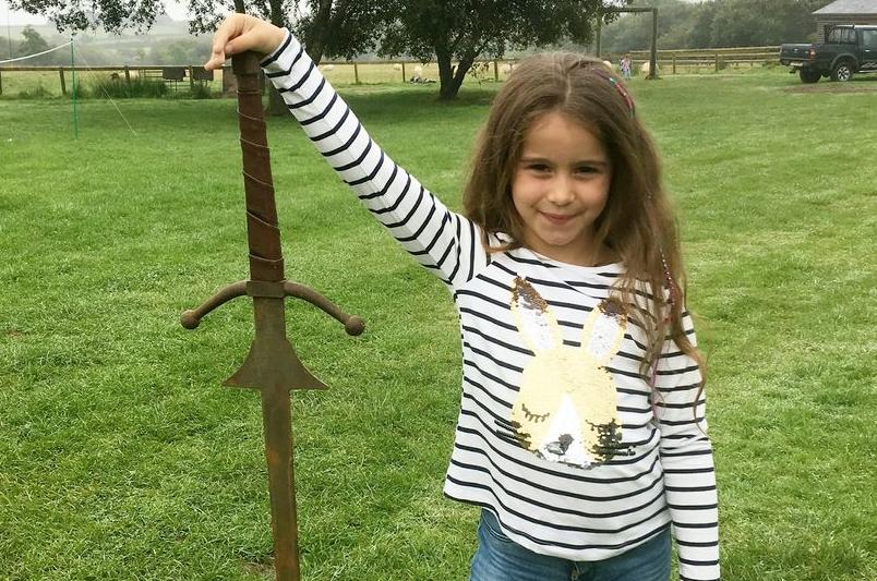 7-latka znalazła miecz w jeziorze z arturiańskiej legendy /Twitter