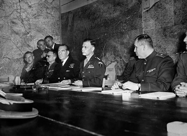 7 V 1945 r.: niemiecką kapitulację przyjęli gen. Smith, gen. Sevez i gen. Susłoparow /AFP
