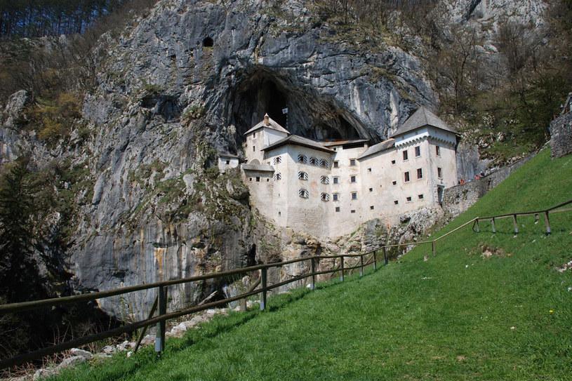 700-letni zamek w Predjamie był siedzibą okrutnego rycerza rozbójnika. Przez system korytarzy w jaskini znajdującej się za zamkiem potrafił wymykać się i organizować zasadzki na magnatów /123RF/PICSEL