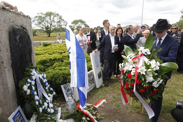 Sekretarz stanu w KPRM Paweł Szefernaker (P) podczas uroczystości przy pomniku ku czci pomordowanych Żydów